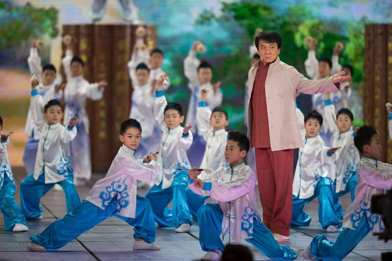 Jackie Chan sur scène avec les enfants.