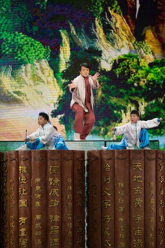 Jackie Chan sur scène avec les enfants (suite)